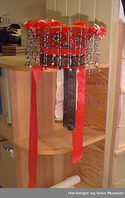 Perler i ulike storleikar, duskar av ulltråd, silkeband, rosekvaringar