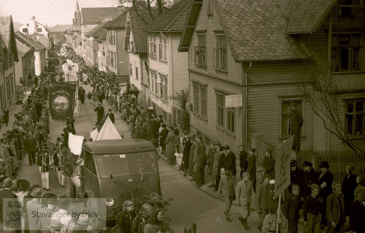Første mai-tog.Fanen til Stavanger Havnearbeiderforening i midten.