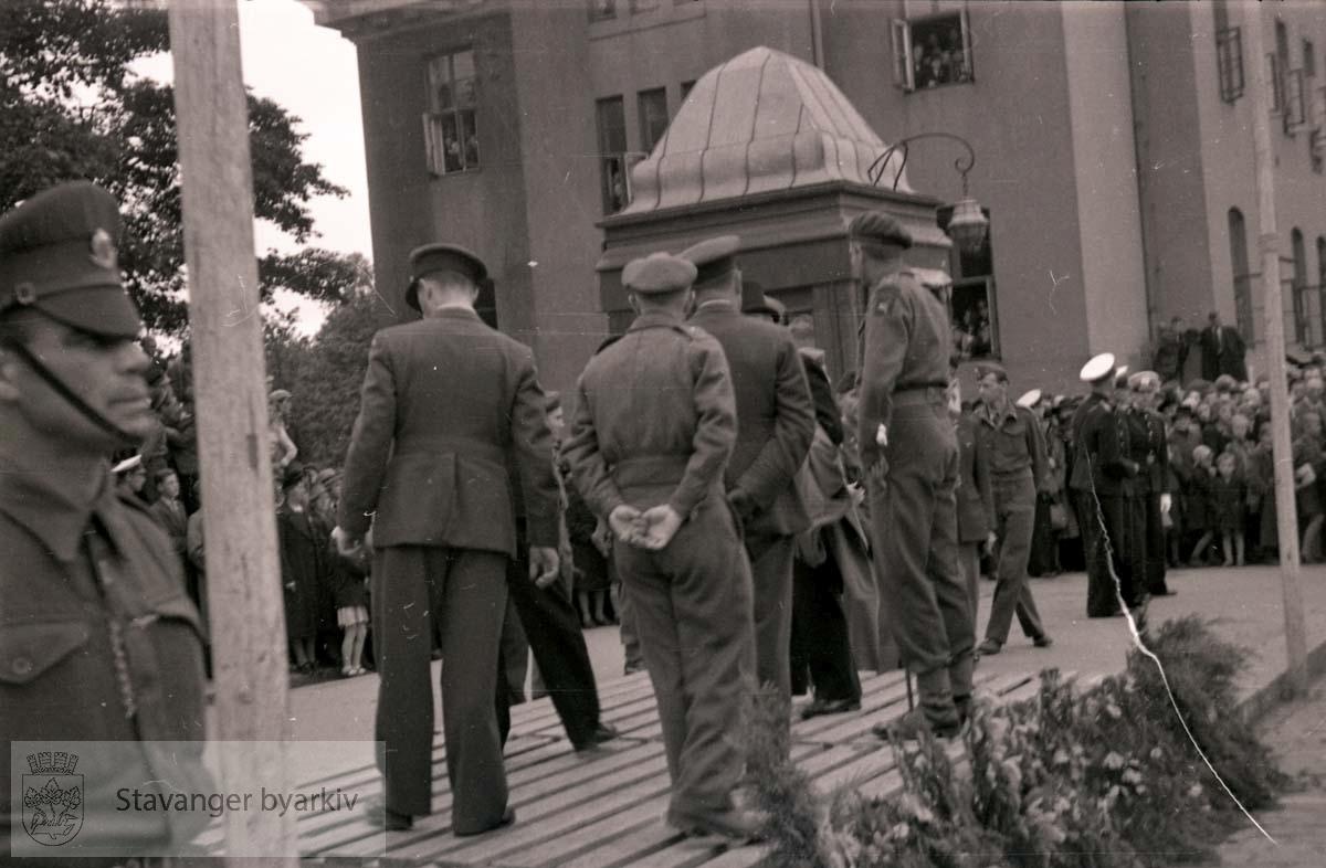 Soldater på podium. Aviskiosken ved posthuset i bakgrunnen..Frigjøringen.Frigjøringsdagene.Fredsdagene 1945