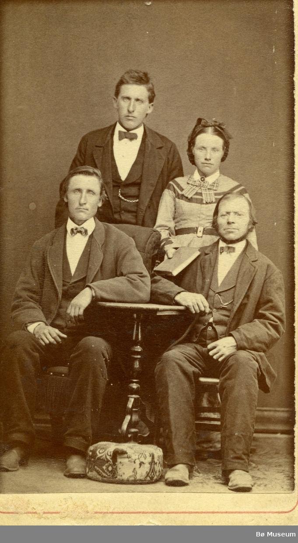 Familiefoto av bl.a. Kittil Jønneberg (framme t.v, sitjande)