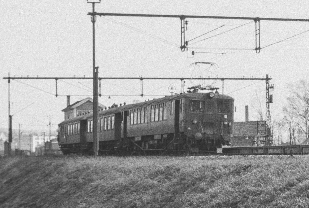 Elektrisk motorvogn litra Cmeo 102 med persontog til Oslo V passerer Skøyen stasjon.