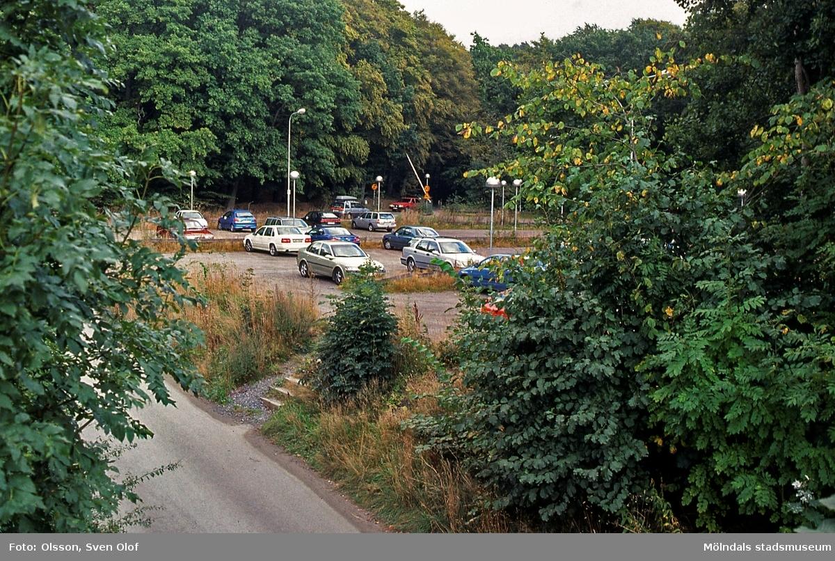 Lackarebäck i Mölndal, år 2002. Ericssons parkering vid Bergfotsgatan, öster om järnvägen. Den står tom 2005. D 40:37.