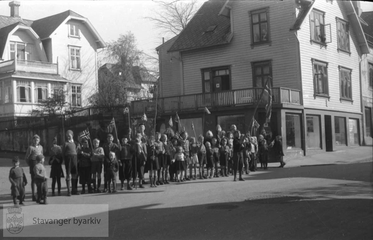 Tatt kort tid etter frigjøringen fra okkupasjonen , .2. verdenskrig. Fredsdagene 1945..Noen barn med flagg tjuvstarter 17. mai-feiringen..Til høyre Torbjørn Hornkloves gate 29, til venstre Hafrsjfjordgata 3.