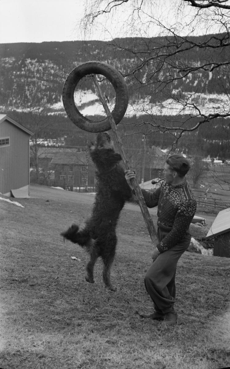 """Magnus Kristiansen leker seg med hunden """"Max"""""""