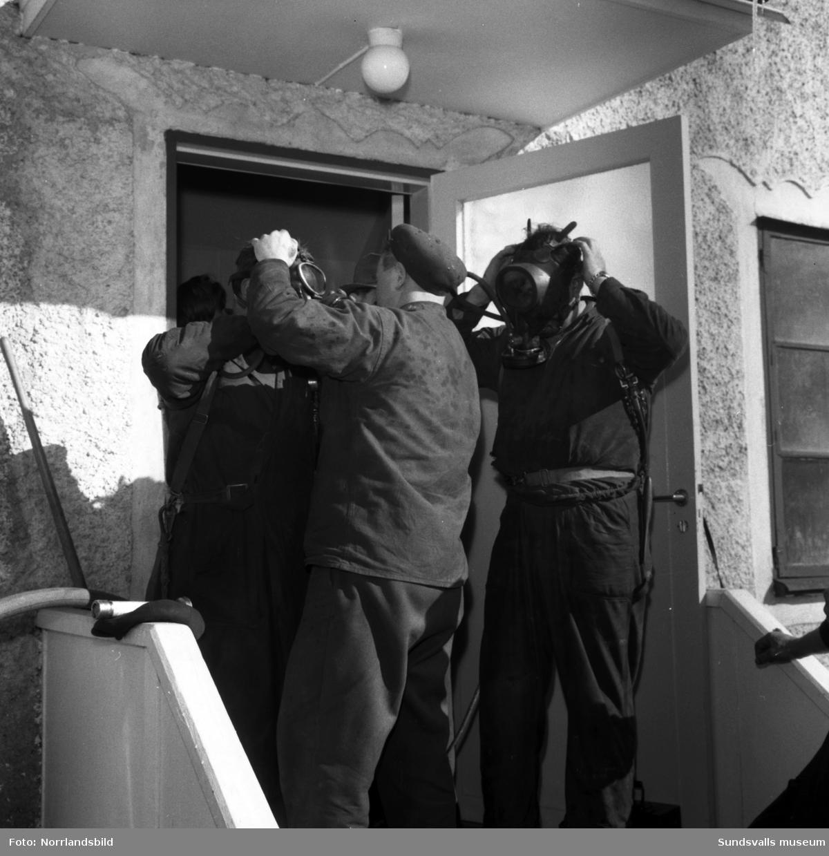 Släckningsarbete vid en eldsvåda i ett bostadshus i Sund.