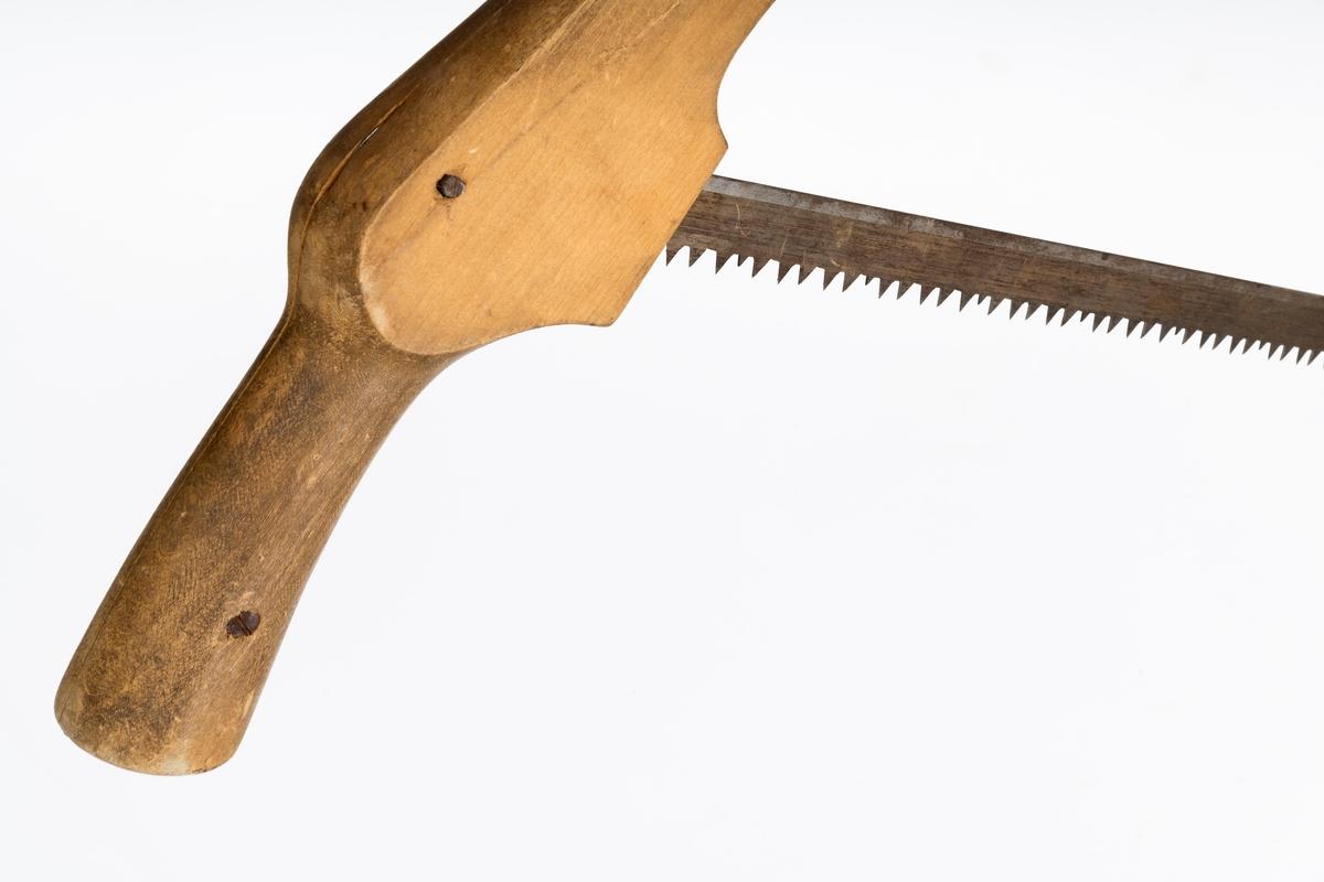 Registrator har ikke sikre opplysninger, men antar at saga ikke har vært brukt til tømmerhogst, men sannsynligvis til kapping av endestykker på stokker og snekkerarbeid.    Grindsaga er en håndsag der sagbladet er festet i en treramme. Bladet strammes ved hjelp av en trepinne (spennpinne) som tvinner en firedobbel stålvaier (wire), og deretter låses mot bommen i ramma. Det er slått inn en spiker i spennpinnen, slik at den festes til bommen etter tvinning av vaieren. Ramma består av to sagarmer, trolig utført i bjørk, og en tverrgående bom, sannsynligvis laget av gran. Begge sagarmer er utført i to deler, det er således en spalte mellom de to delene som gir plass for sagbladet. Den ene sagarmen er forlenget  til et håndtak. Her er det brukt en sporskure for å holde de to håndtaksdelene sammen. Sagbladet er festet til sagarmene med en jerntein, muligens en avkappet kraftig spiker, i hver arm. Bladet har en bredde på cirka 2,5 centimeter og en tykkelse på cirka 1 millimeter. Sagtennene er vigget, bøyd vekselsvis til hver side, for å hindre at saga stter seg fast i skåret.    Øverst på hver sagarm er det påspikret et metallblikk for å hindre at vaieren som er strekt mellom sagarmene skader treverket.