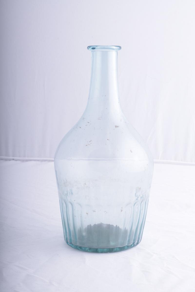 """Blåst karaffel i grønnlig glass. Riflet nederst, med en """"sitruspresse"""" form under, og brutt pontemerke / puntelmerke under."""