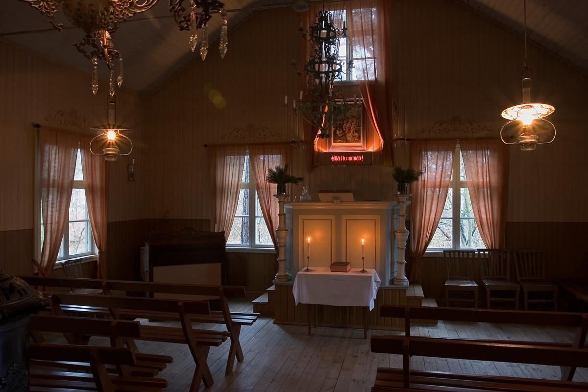 Missionshuset på Skansen. Tända ljus vid altare.