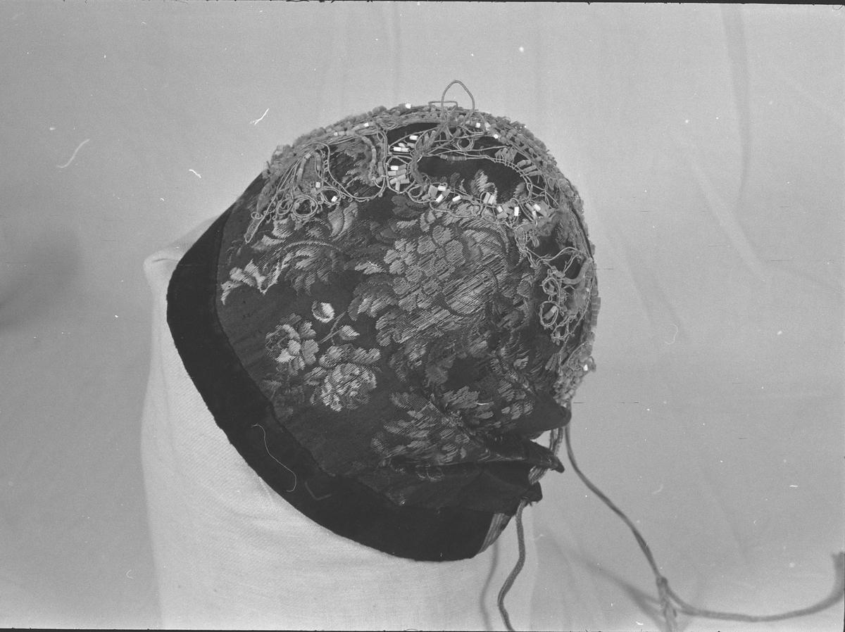 Opplysninger gitt av faglærer, Eva Wahl Sandnes, ved Kunsthåndverkerskolen på Røros i 1977: Luetypen er kjent fra Røros. Den hørte med til fadderdrakt. Snora ble trukket til og lua plassert høyt på hodet. Snora ble knyttet i nakken. Svart fløyel eller taft eller ullband. Midt over lua er det festet en metallblonde eller perlebroderi.