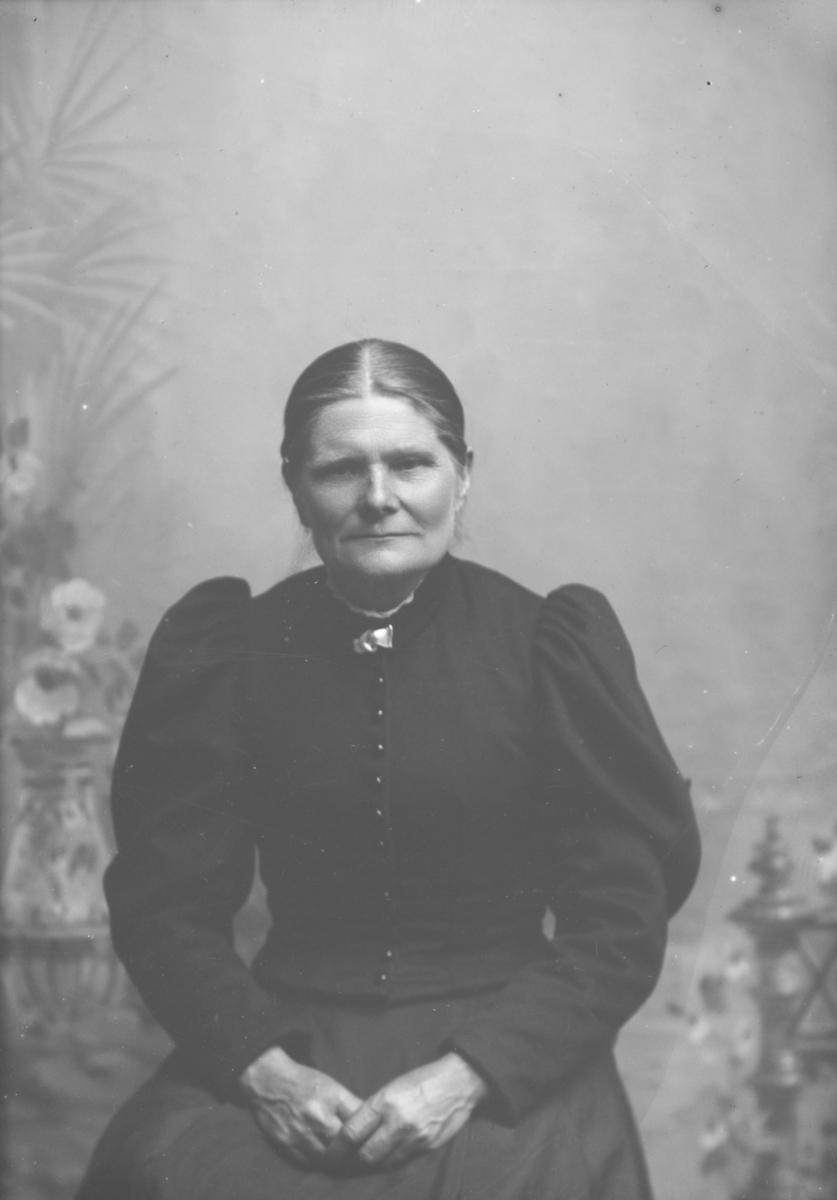 Portrett av Rønnaug Olsdatter Rosten f 1848.