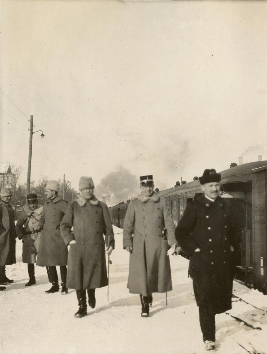 Officerare vid järnvägsstation.