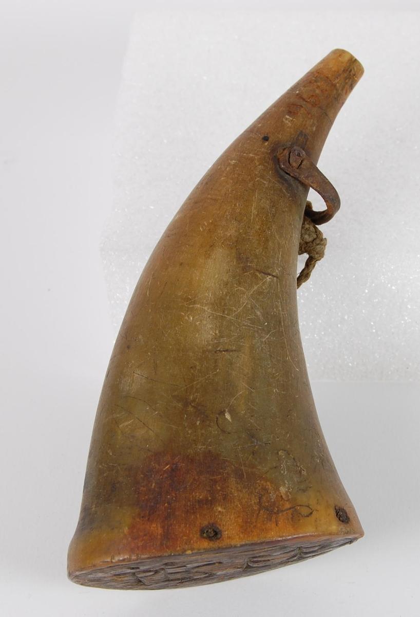 Ovalt, rundt horn uten propp. Innrisset A P S  og i bunnen PESES