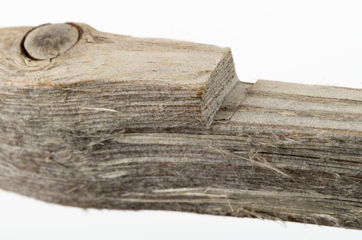 Langstikke, ei av tre gilderstikker brukt til lemfelle for polarrev. Denne stikka er smalere enn de øvrige. Den er avrundet i den ene enden og har vært spissere i den andre, nå brukket, spist eller knekt, ved åtet, noe som kan skje når fella blir liggende nede. Det er laget et hakk på 0,5 x 5 cm i den ene siden.