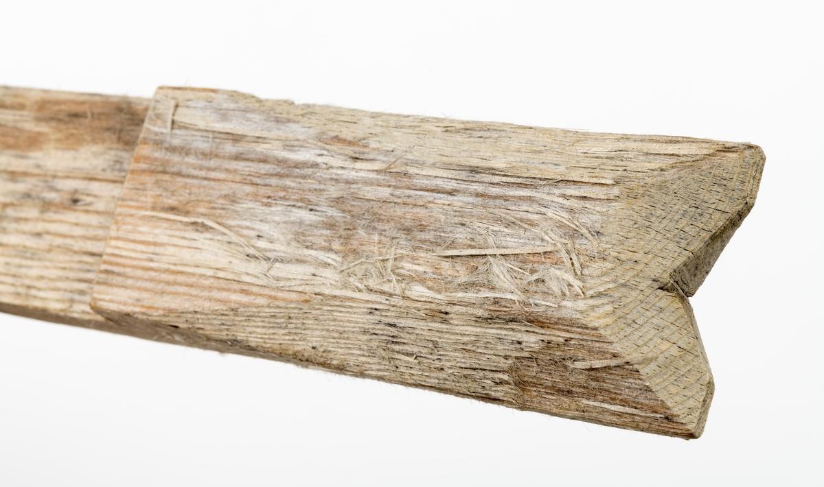 Kortstikke, en av tre gilderstikker brukt til lemfelle for polarrev. Denne stikka har et hakk i den ene enden og et 10 cm langt felt som er tynnere enn resten.