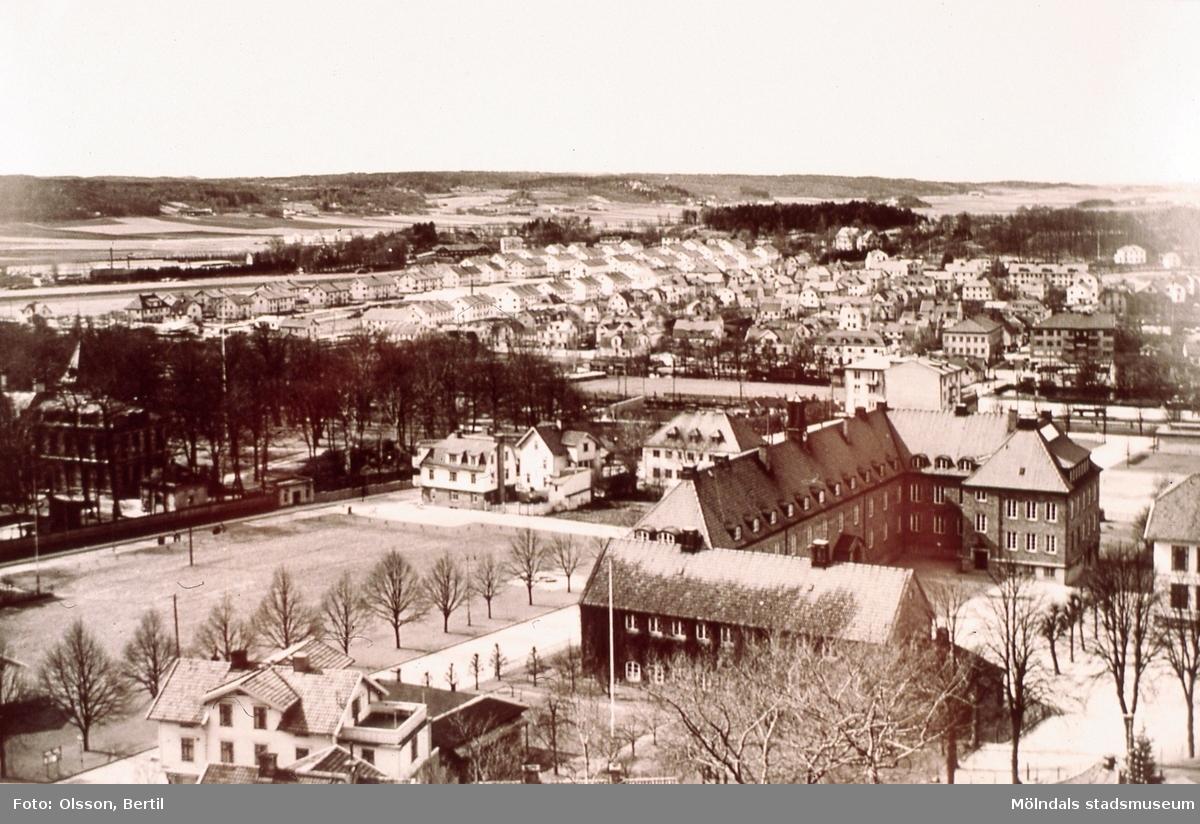 Vy från Störfjället mot bebyggelse i Åbyområdet, Broslätt och centrala Mölndal, år 1949. I förgunden ses Trädgården med bland annat Centralskolan (senare Kvarnbyskolan). AF 1:6.