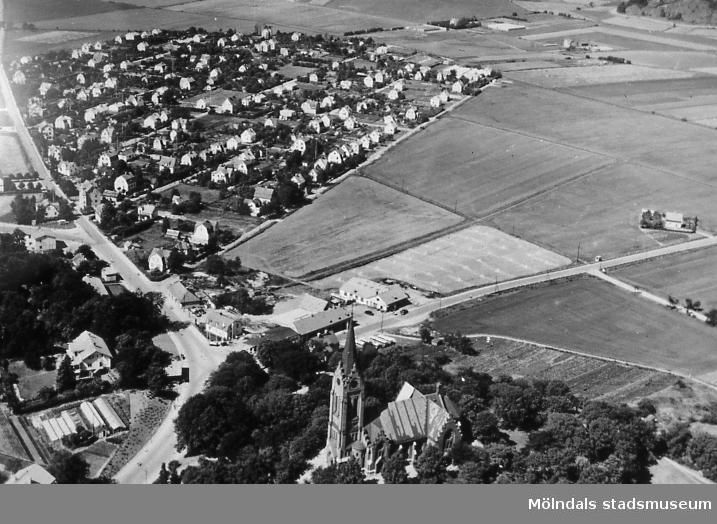 Flygfotografi över Solängen samt del av Åby i Mölndal på 1940-talet. I förgrunden ses Mölndals kyrka, senare Fässbergs kyrka. Till vänster ses Frölundagatans sträckning mot väster samt bostadsbebyggelse på Solängen. Till höger, intill Toltorpsgatan, ses Åbystugan. AF 1:22.