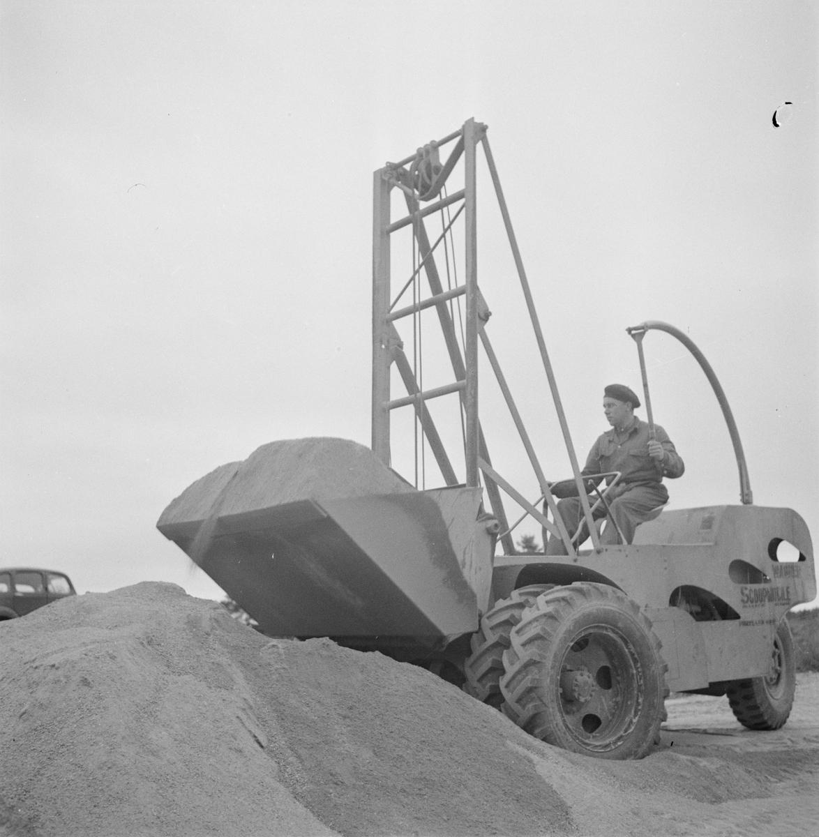 Vägförvaltningen, nya asfaltmaskiner på Enköpingsvägen, Uppland, september 1947