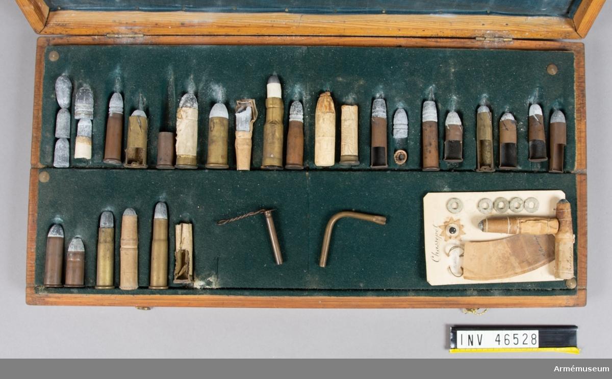 Grupp E V. Ej komplett åskådningsammunition till gevär. Från 1800-talets senare hälft. I träschatull med måtten 48 x  23,5 x 5 cm.