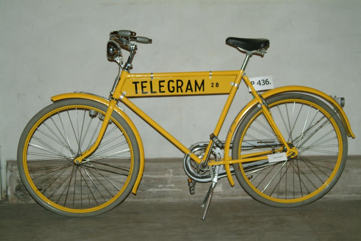 """Cykel för telegrambud, med skylt """"TELEGRAM 28"""" och dekormålning """"Telegrafverket"""" på bakre skärm. Ingår i Tekniska museets Handling collection och kan användas."""