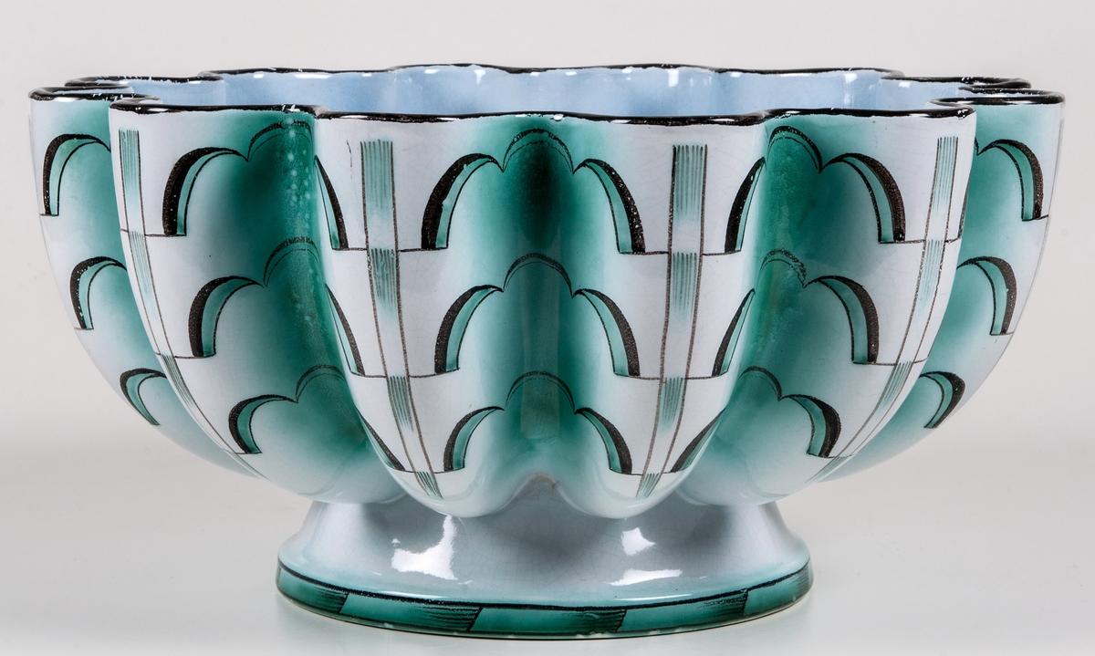 Skål med artdeco-mönstrad dekor i svart och grönt. På Fot med välvd skål. Stämplad under Modell Percy GEFLE Målat under: T.