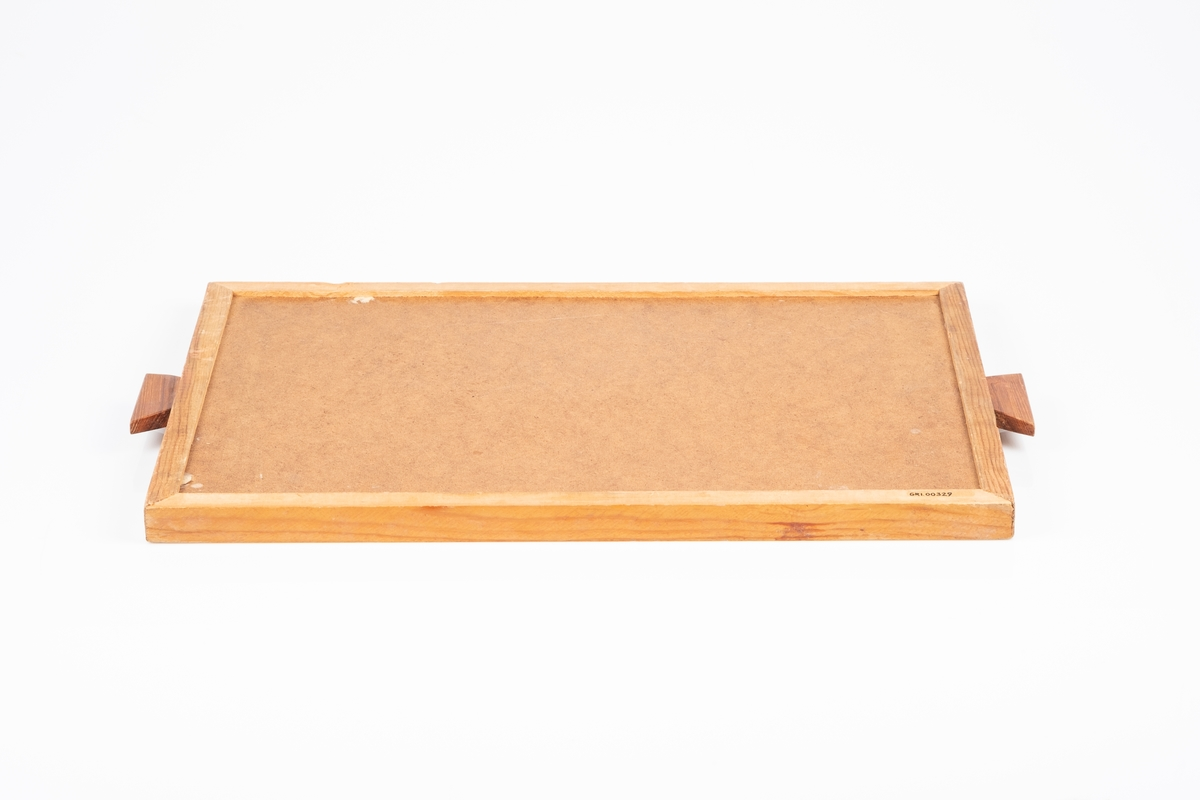 Stort trebrett med bunnflaten dekorert med en mosaikk av fyrstikker og andre mindre trebiter. Brettet har et håndtak på hver kortside. Fyrstikkmosaikken er laget oppå en plate av tremasse, som nå er brettets underside.