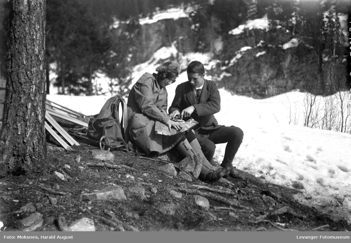 To unge på skitur.
