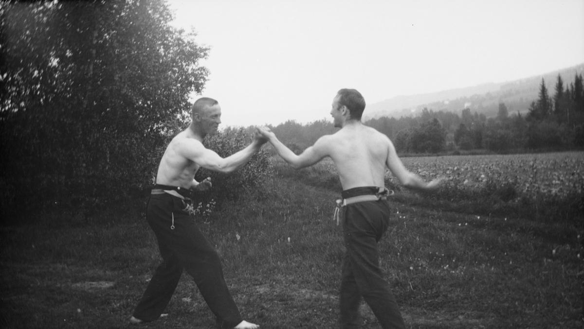 To menn har kasta skjorta til bokskamp på Leikvam i Gausdal