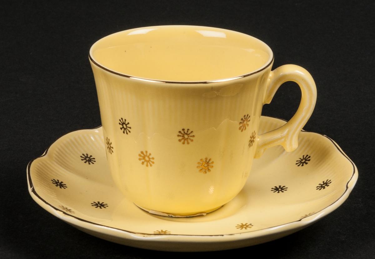 Kaffekopp med fat, gul botten med gyllene dekor. Modell AO, dekor Neapel.