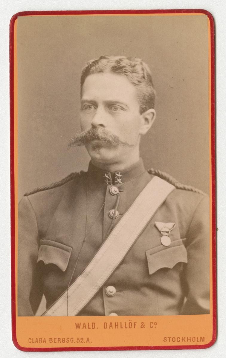 Porträtt av Anders Jakob (Jacques) Roland de Laval, löjtnant vid Göra artilleriregemente A 2.  Se även bild AMA.0009750.