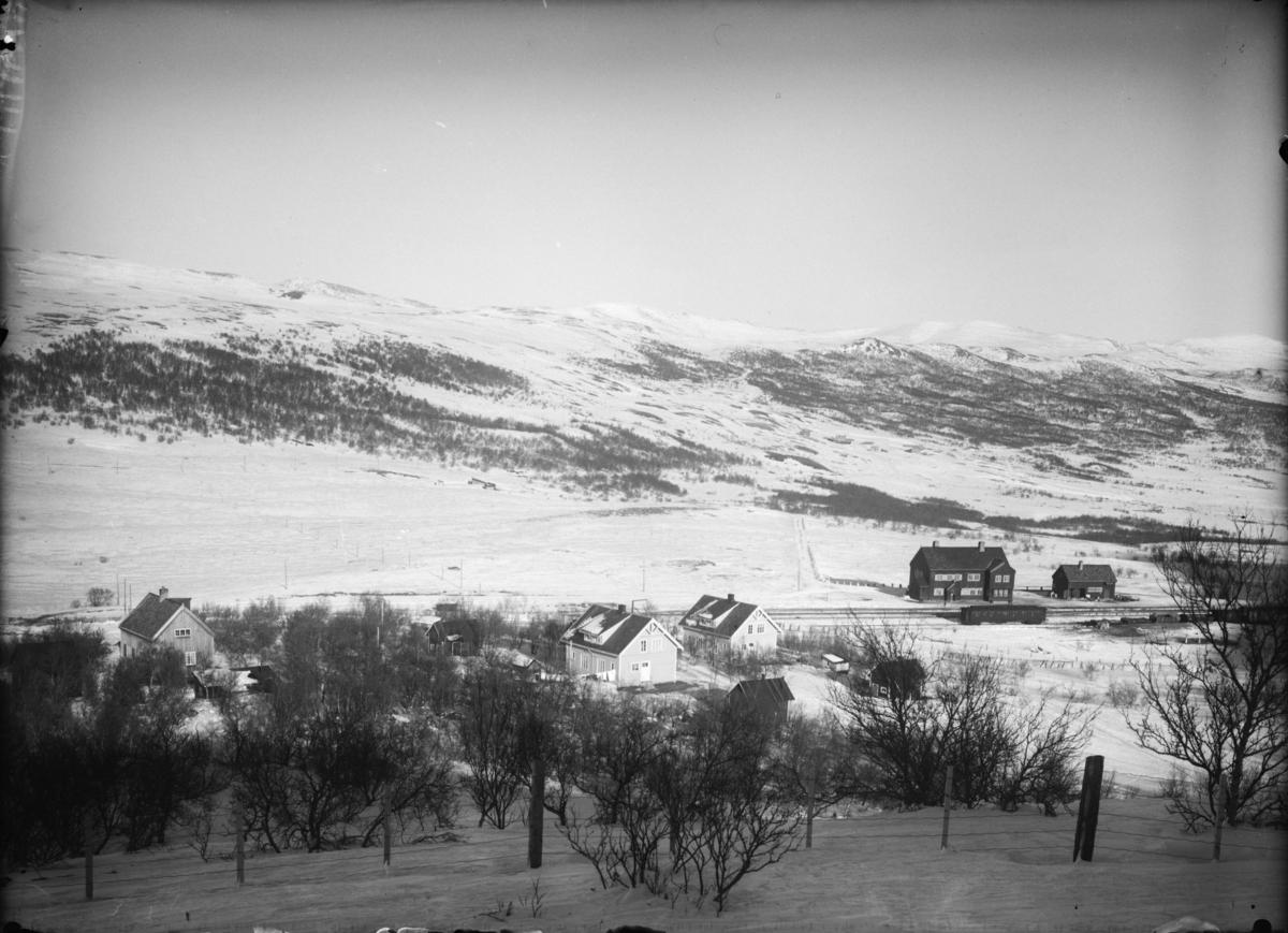 Dovrefjell, Hjerkinn stasjon med personalboliger i forgrunn. Retning øst