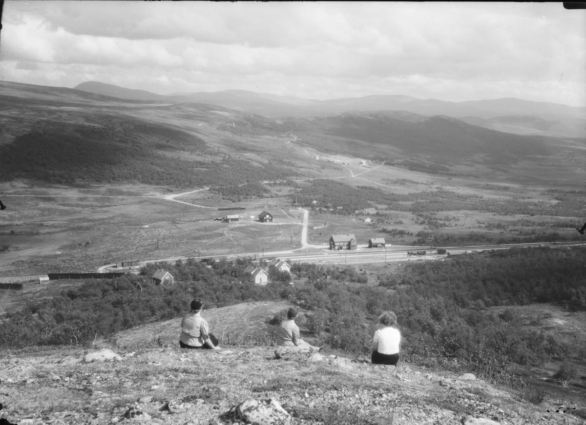 Utsikt over Hjerkinn retning øst. Hjerkinn stasjon med Hjerkinn fjellstue bak i bilde