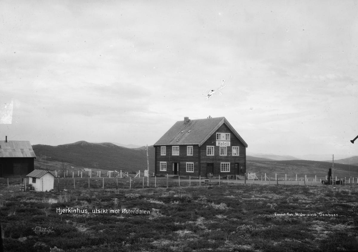 Dovrefjell, Hjerkinnhus hotell mot sørøst. Påskrift: Hjerkinhus, utsikt mot Østerdalen