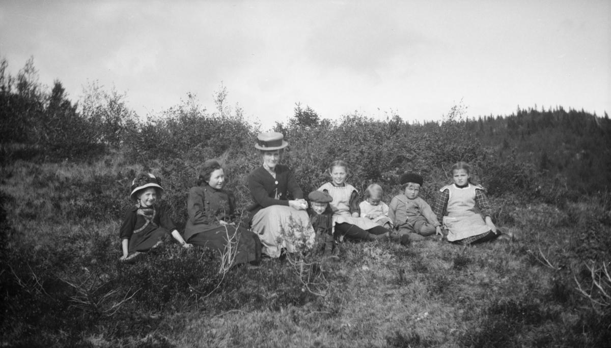 Bergine Wold på tur med seks andre, de fleste barn