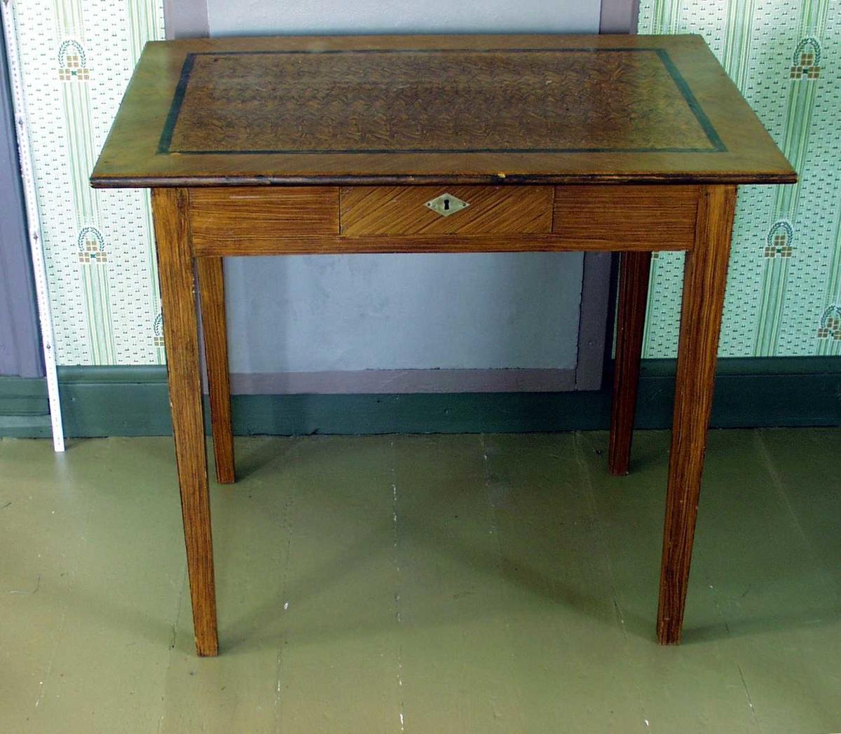 Firkantet bord med liten skuff. Dekoret med sort kantlinje på bordflata.