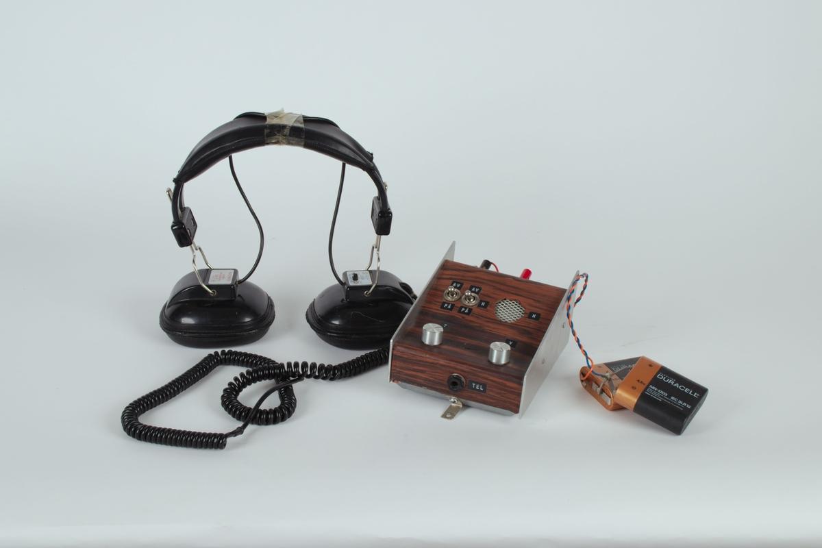 Hodetelefoner med batteri og panel.
