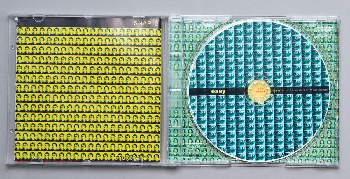 "CD-skiva i tredelat, hårt plastfodral med booklet (häfte) i fodralets framsida och inlaga i baksidan. På fodralets framsida sitter en röd prislapp märkt: ""Kr 29.00"" över en annan prislapp.  Innehåll: 1. In black and white 2. On top of the ark 3. Don't let the other hand know 4. Someone's Mecca 5. Never seen a star 6. Listen to the bells 7. Wait and see 8. Shake a memory 9. If you don't know 10. Sun years 11. Empty foxhole  JM 55273:1, Skiva JM 55273:2, Fodral JM 55273:3, Booklet"