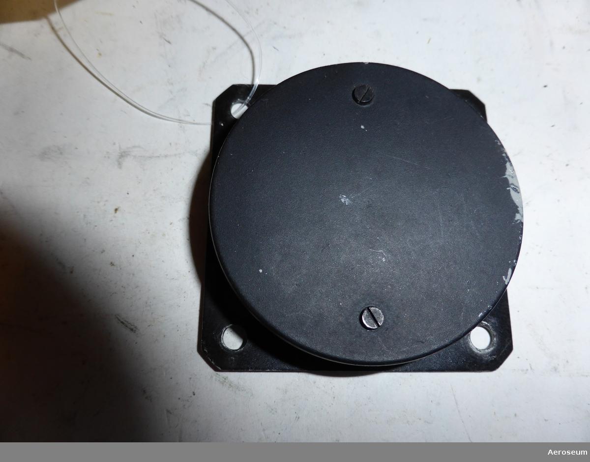 En sidlutningsindikator, tillverkad av Gebrüder Winter. gjord i svart metall. Har troligtvis suttit i ett segelflygplan. Tillverkad i Tyskland.