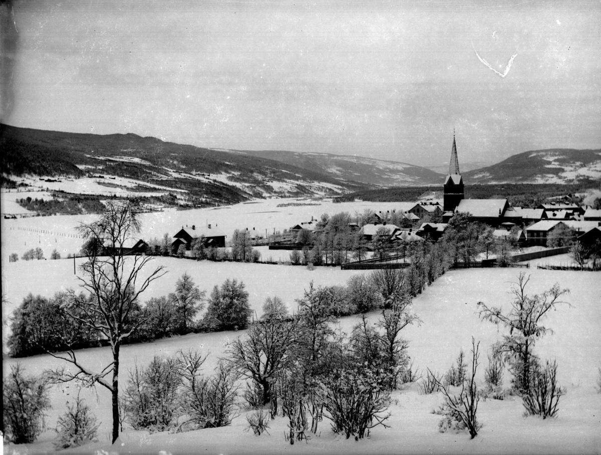 Vintermotiv fra Utsiktsbakken med Lillehammer kirke, Lågendeltaet og Gausdalsskaret i bakgrunnen. Området sør for Mathisens gate er ennå ikke bebygget.