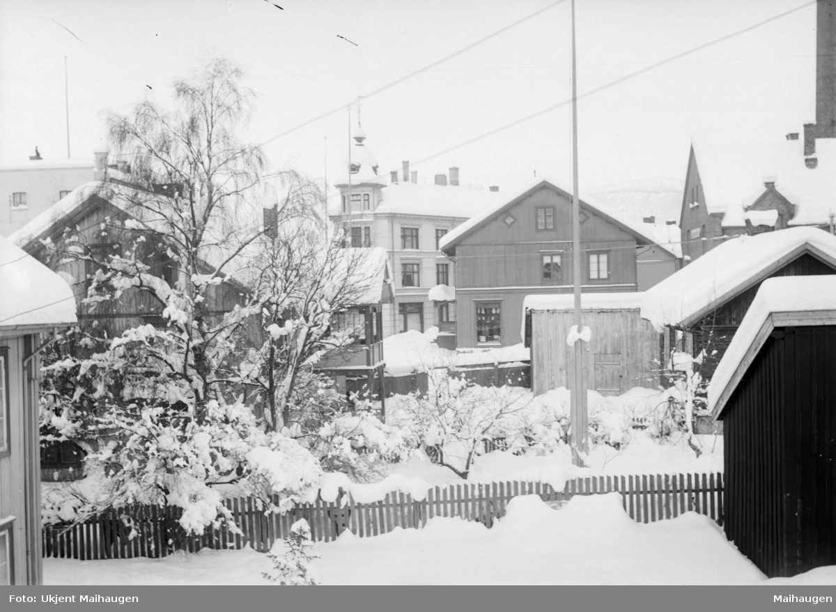 Bybebyggelse i området sør for Wieses gate med Kirkegata 69 (bare hjørnet) og 71 nærmest, sett nordover mot Kirkegata 77