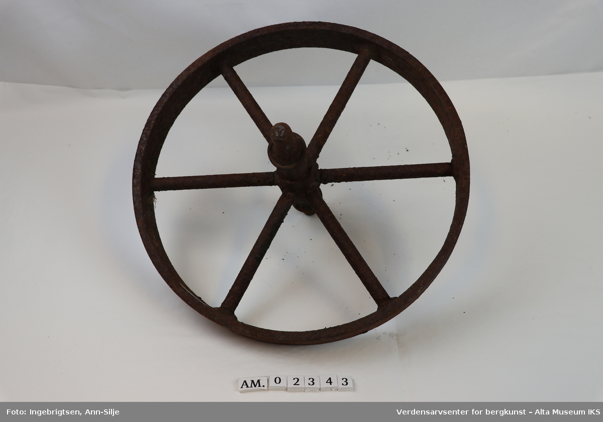 Form: Hjul med aksling og 6 eiker.