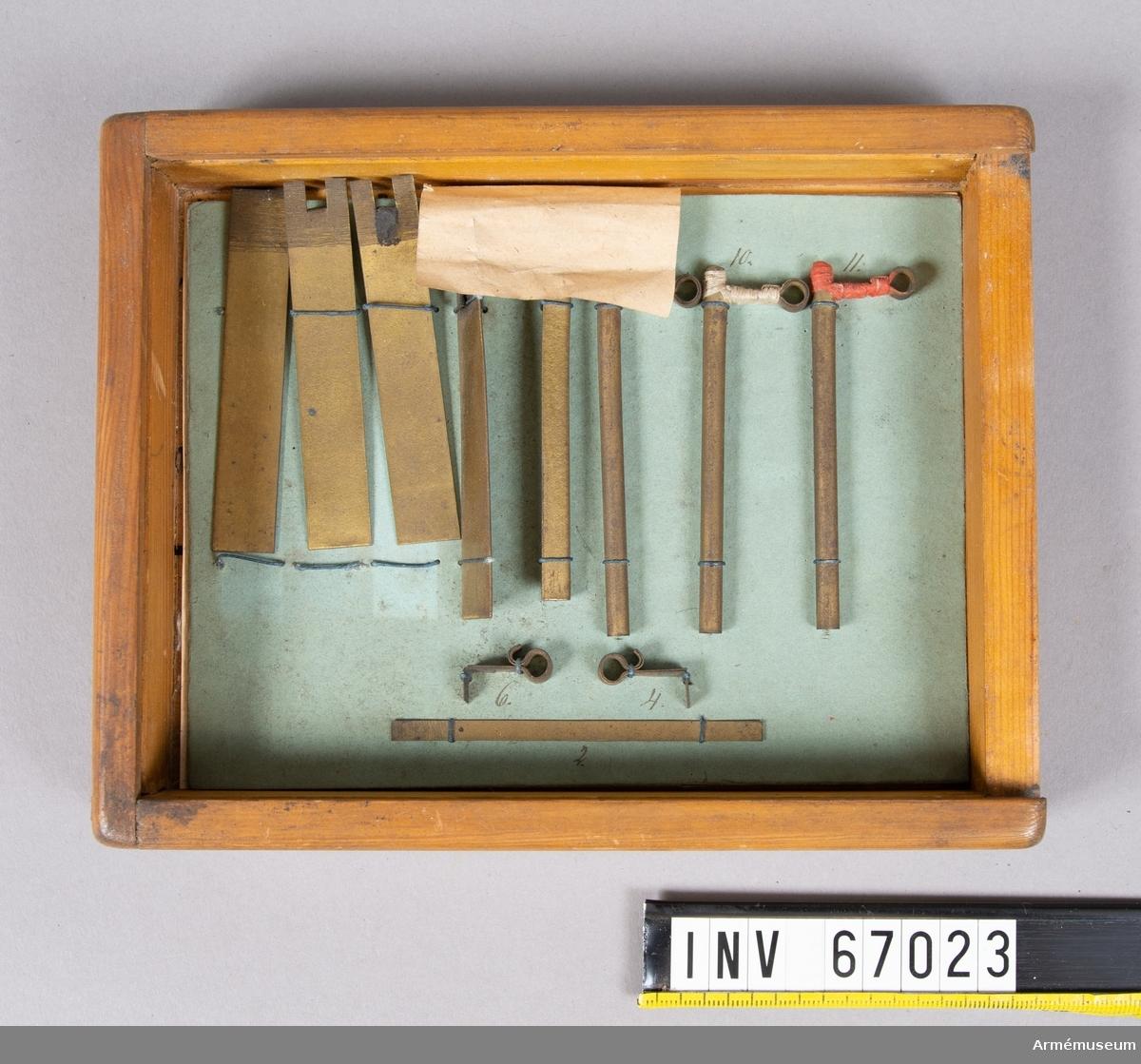 Grupp F II.  Tillverkningsserie av Behms fyrrör 1872 i etui.