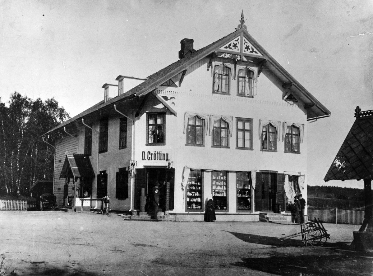 Oluf Grøttings handelshus,ved siden av Postgården,Leiret 1900.