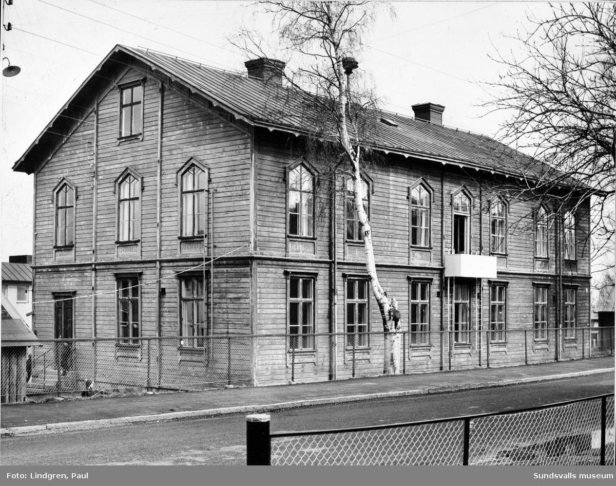 Södermalmsskolan, Södermalms gamla skola, f.d. Stenhammars skola, Nygatan 12. Byggår 1883. Den äldsta skolbyggnaden uppfördes i en våning, bl.a. med hjälp av Utskänkningsbolagets fond  för allmännyttiga företag. 1887 påbyggdes en andra våning. År 1975 revs Södermalms gamla skola.