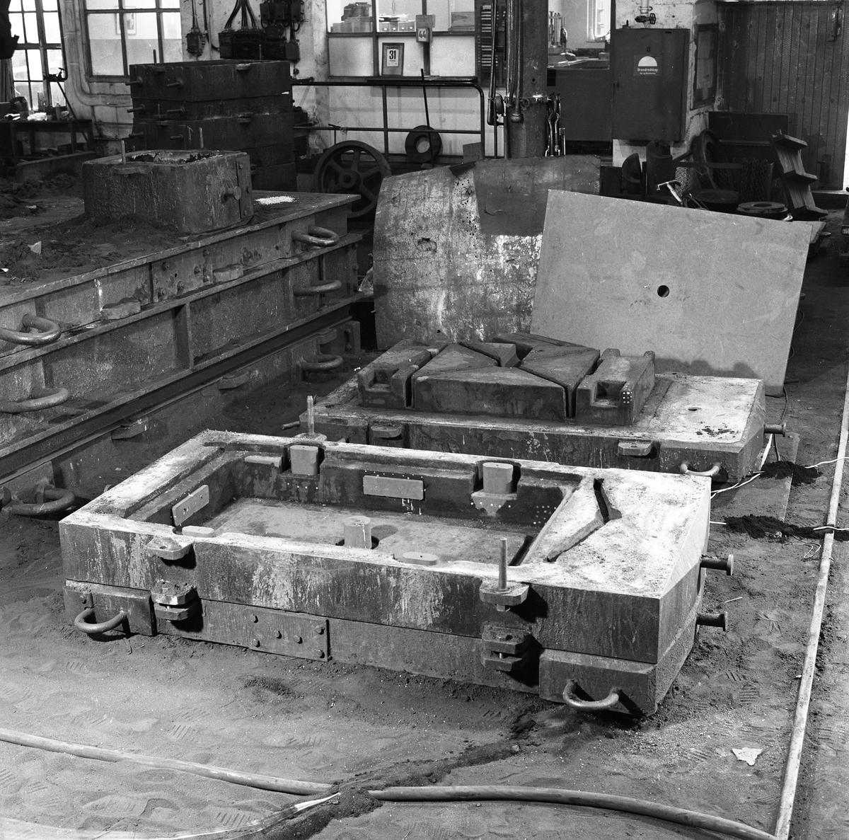 Arboga Mekaniska Verkstad, gjutgods i gjuteriet.  25 september 1856 fick AB Arboga Mekaniska Verkstad rättigheter att anlägga järngjuteri och mekanisk verkstad. Verksamheten startade 1858. Meken var först i landet med att installera en elektrisk motor för drift av verktygsmaskiner vid en taktransmission (1887).  Gjuteriet lades ner 1967. Den mekaniska verkstaden lades ner på 1980-talet.