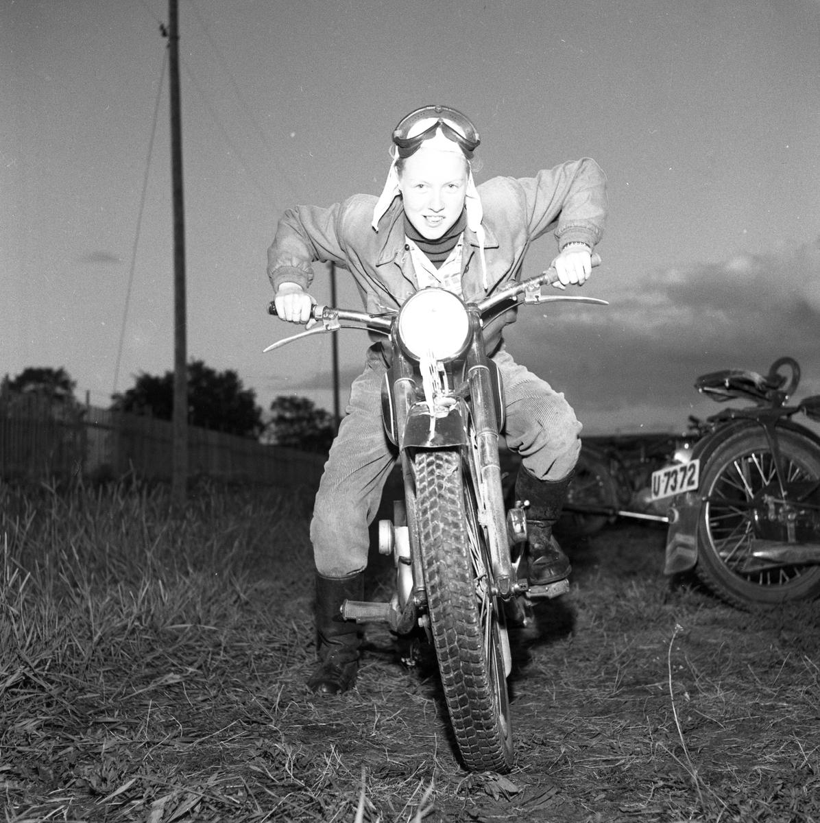 Arbogas Stjärnknutte Ung man på motorcykel. Han har vindglasögonen i pannan och ser ut att vara klädd i overall