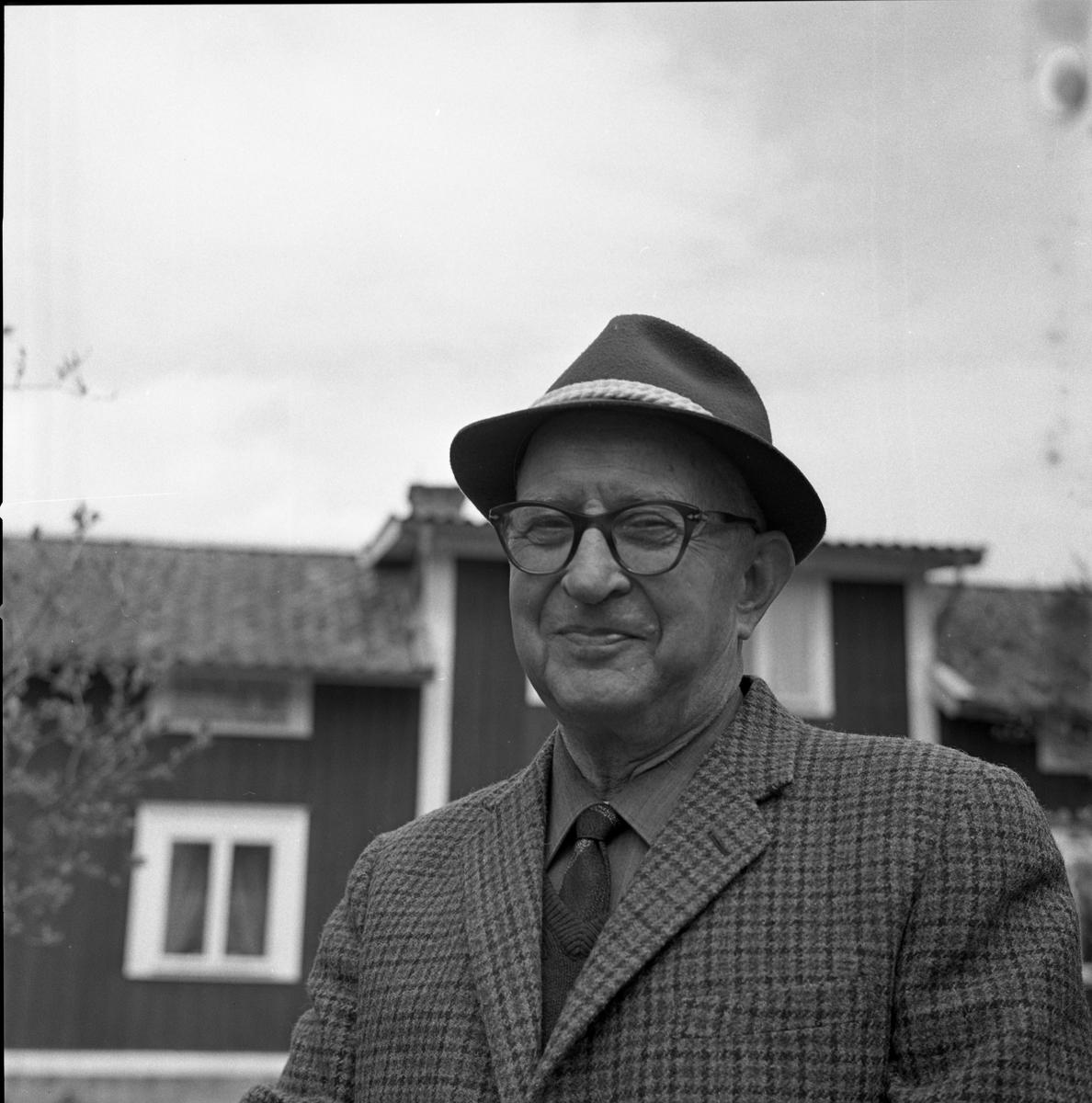 Doktor Bernhard Garsten, Medåker Porträtt av man, troligen framför sin bostad