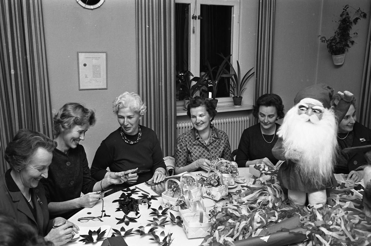 Lions damer julpysslar. Här är det ljusmanchetter på gång. Från vänster: Ella Högfeldt, Siri Wallström, Hill Eklöf, okänd, okänd och Gulli Lutteman skymtar bakom tomten.