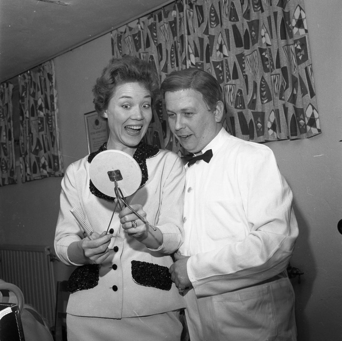 Lokalrevyn 1959 Kvinna och man med spegel och hårborste