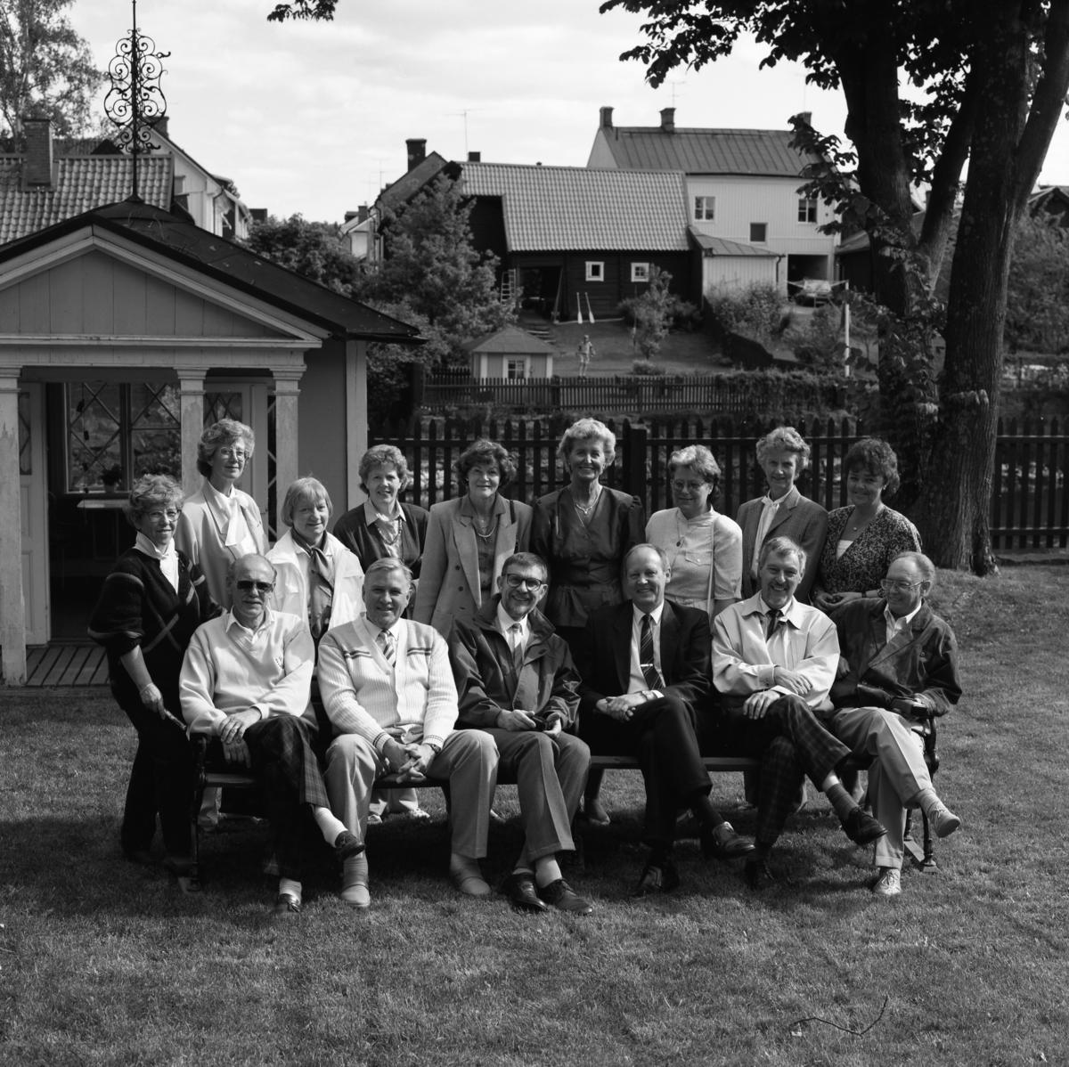 Real-jubileum. Klassträff. Stående, från vänster: Birgitta Strandberg (gift Källum), Lisbeth Ohlsson, Margareta Engström (gift Melin), Kerstin Jonsson (gift Strömberg), Birgitta Eliasson (gift Ström), Rigmor Stridsberg, Christina Key-Åberg (gift Ernstsson), Anna-Britta Holgersson (gift Urby) och Ingegerd Pettersson (gift Axelsson). Sittande, från vänster: Lennart Källum, Arne Bjelke, Gösta Lindberg, Bo Kristoffersson, Ingvar Knutsson och Roland Abrahamsson.