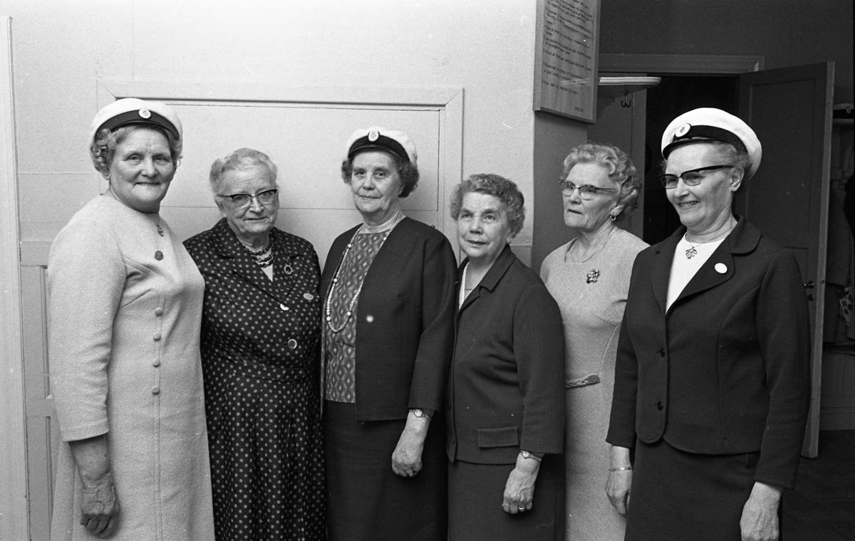 Sångarårsmöte Sex äldre kvinnor står uppställda för fotografering. Tre av dem bär skärmmössor med särskilt emblem. Lokalen är inte identifierad. Sjunga Gruppfoto